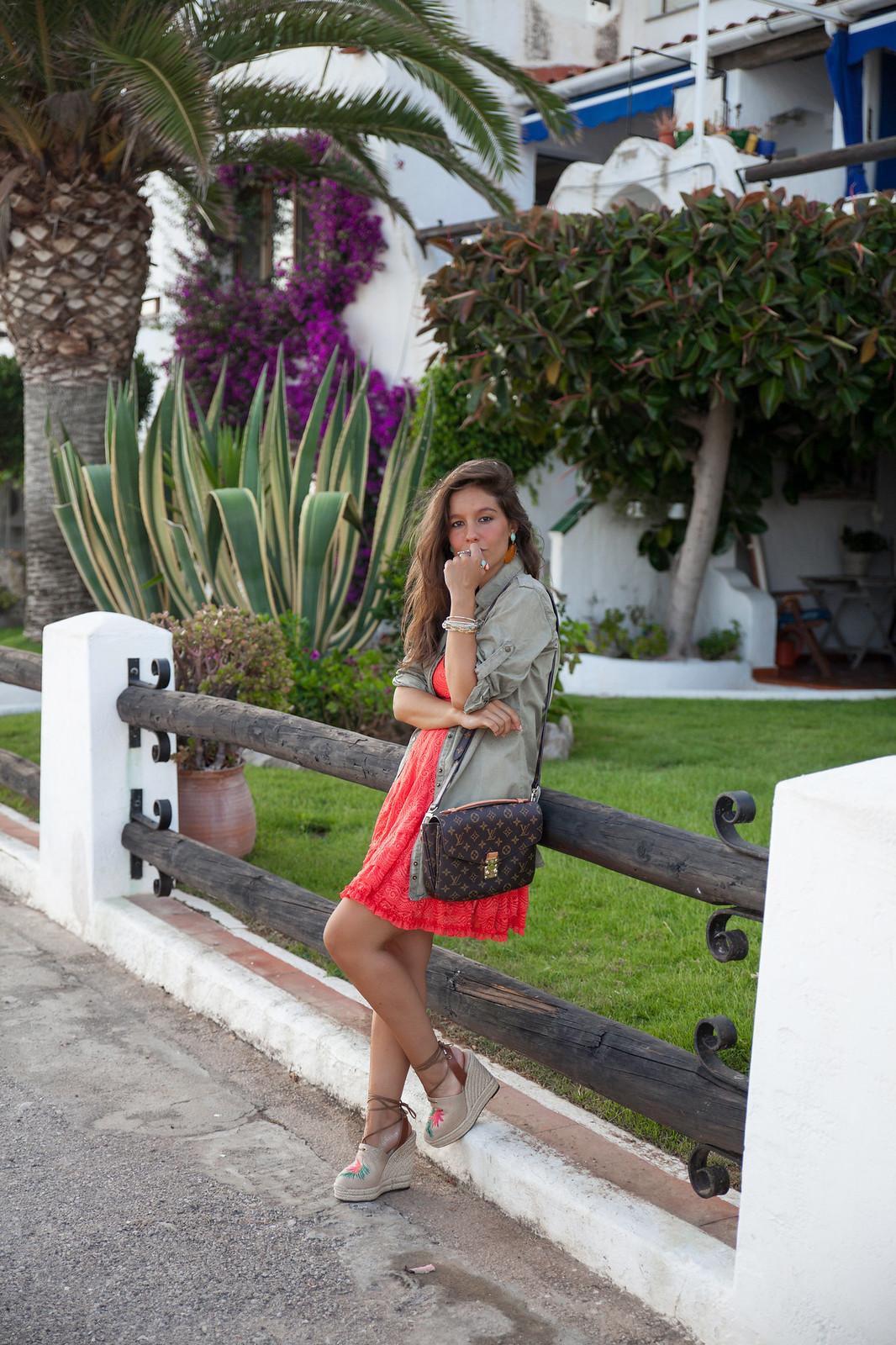 06_como_combinar_vestido_coral_highlypreppy_theguestgirl_influencer_barcelona