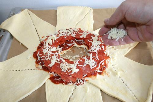 13 - Weiteren Käse aufstreuen / Add more cheese