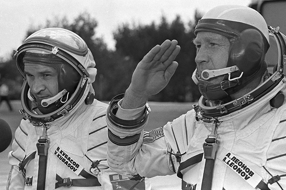 Космонавты Леонов А. и Кубасов В. докладывают о готовности к полїту, 1975 год