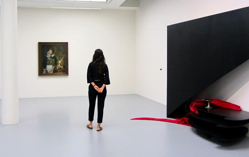 Visitante admirando una obra  - 41708087850 55b1913cef c - Luc Tuymans y el barroco en Amberes
