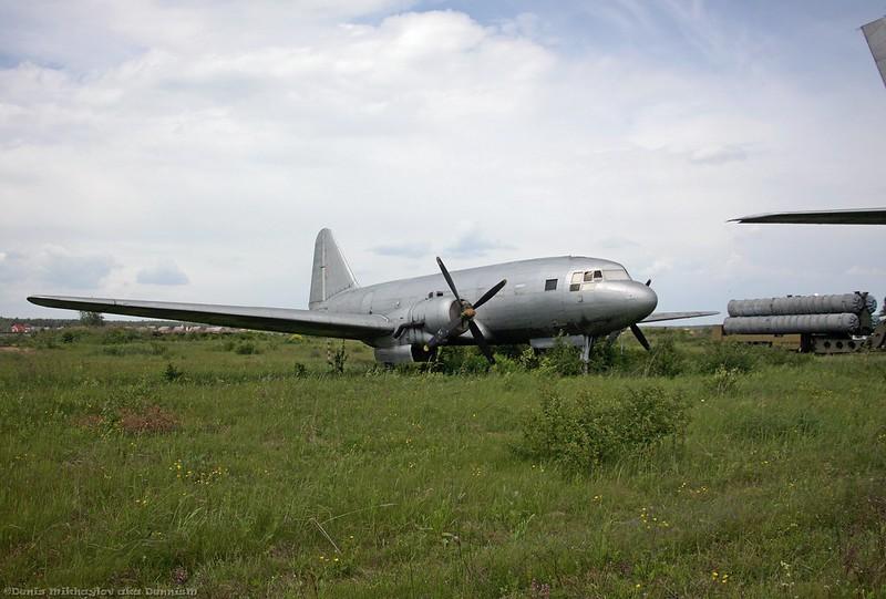 Пассажирский самолёт Ил-12.