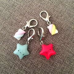 I couldn't resist getting some more @thewoollydodo stitch markers, they were right there in my favorite shop! @stickscups #stitchmarkers #yarncraft #knittersofinstagram #candy #stars #handmade #thewoollydodo #sticksandcups