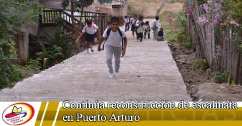 Continúa reconstrucción de escalinata en Puerto Arturo
