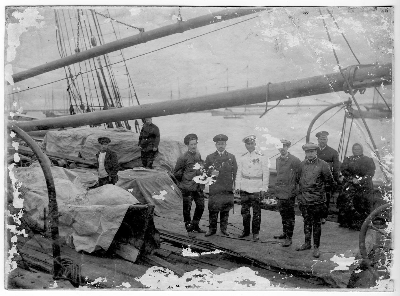Участники экспедиции к Северному полюсу на палубе судна «Святой мученик Фока» перед выходом в море