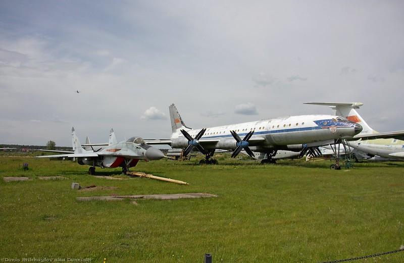 Истребитель МиГ-29 и пассажирский самолёт Ту-114.