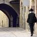 5. Judío ortodoxo caminando por las calles de Jerusalén