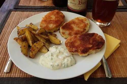 Panierte Kohlrabi mit Kartoffelspalten und Joghurt-Schnittlauch-Dip