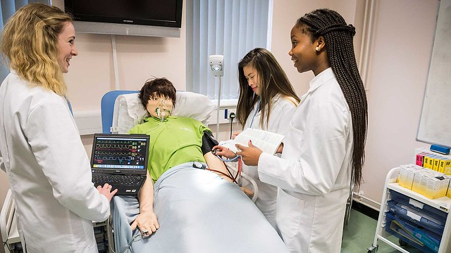 students with the sim man patient simulator