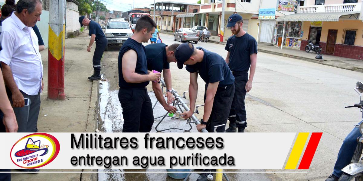 Militares franceses entregan agua purificada
