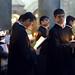 6. Sacerdotes orando con velas en las manos en la iglesia del Santo Sepulcro de Jerusalén