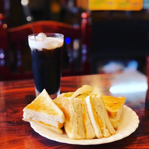 イタリアンチキンチェダーチーズサンド、アイスコーヒー