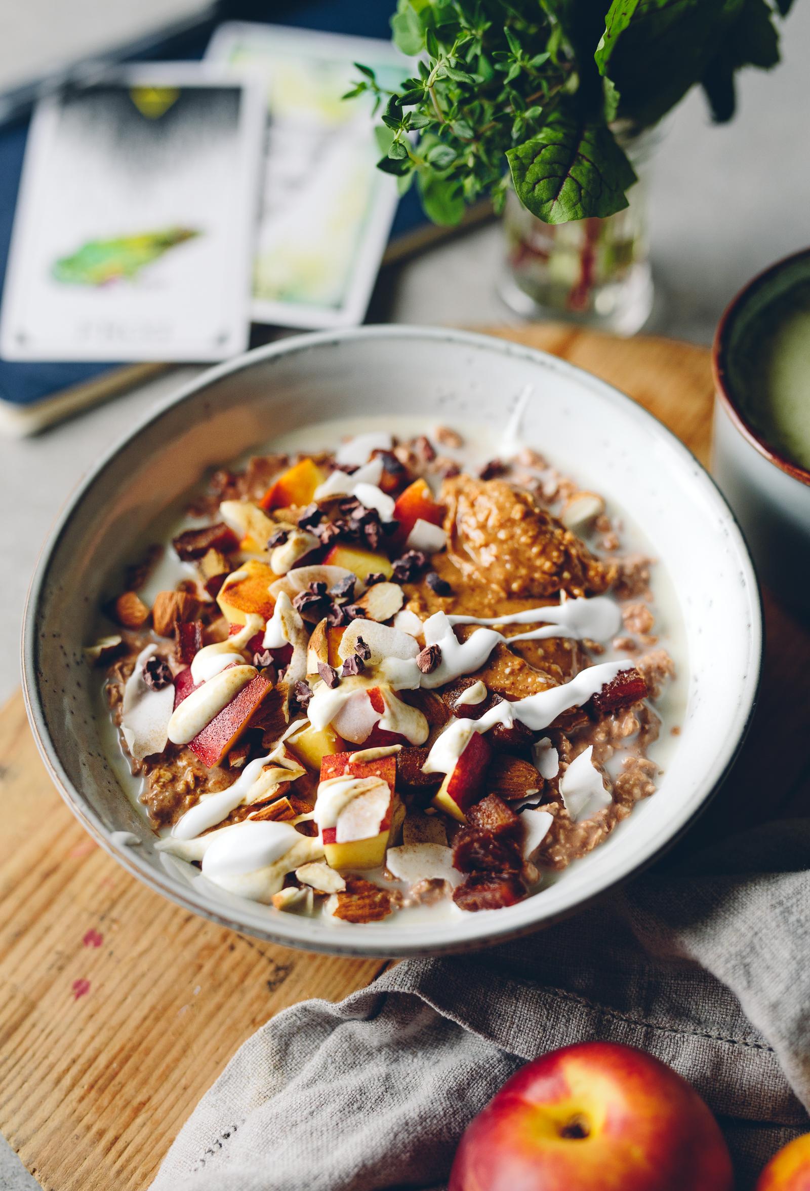 Maxad Chokladgröt med Jordnötssmör, Nektarin, Kokos & Lakritspulver | Cashew Kitchen