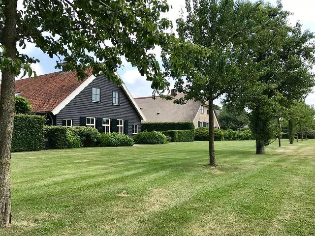 Woonboerderij met zwarte gepotdekselde planken