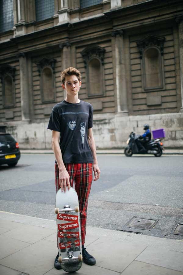 黒Tシャツ×赤タータンチェックパンツ×黒キャンバススニーカー