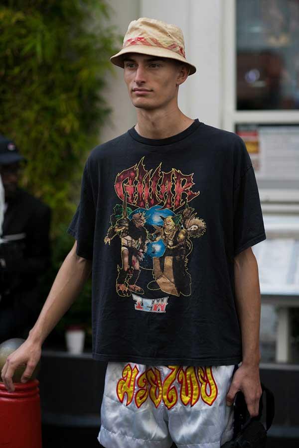 ベージュハット×GWAR黒Tシャツ×サテンショートパンツ