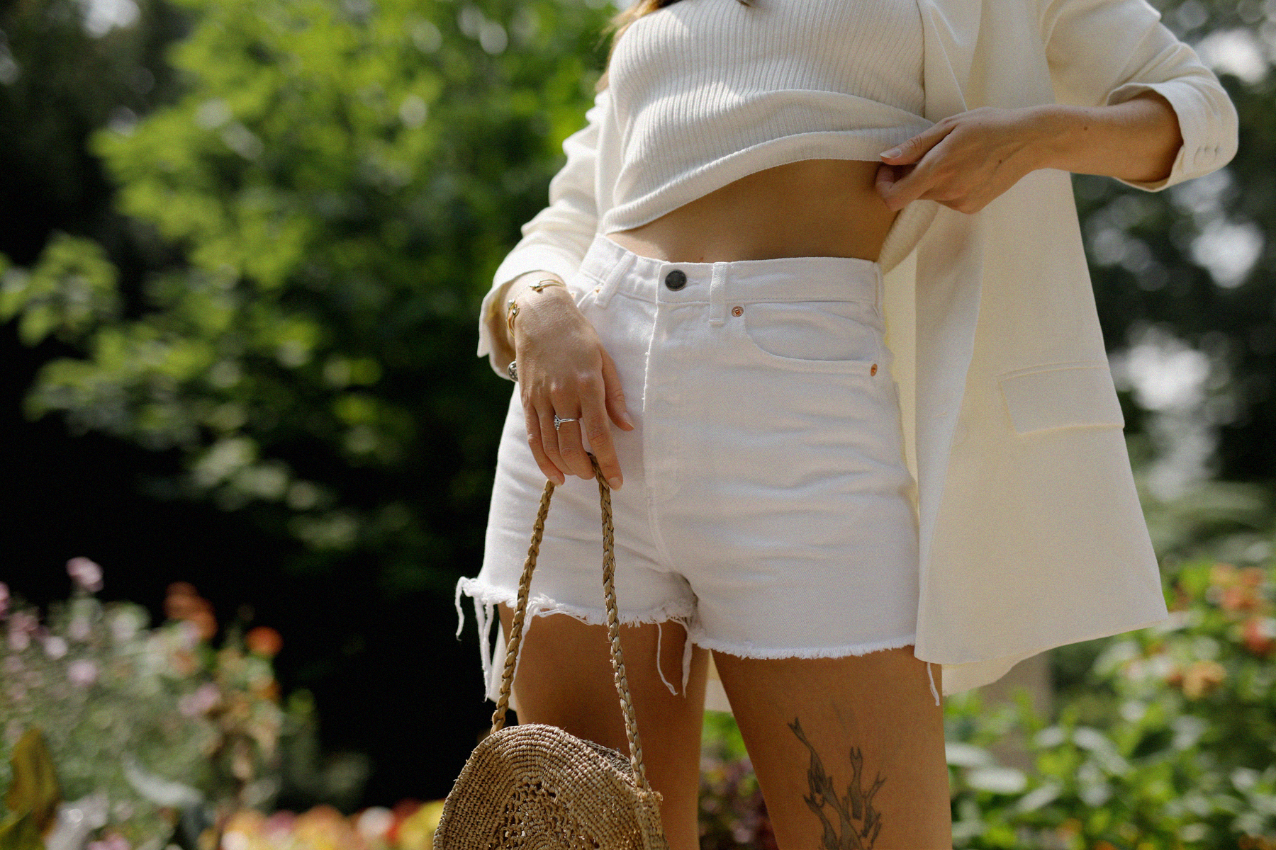 all white & other stories shorts blazer straw hat summer bag rouje hermes oran sandals statue marble dusseldorf düsseldorf dus art artist artsy fashionblogger modeblog jane birkin jeanne damas outfit mode inspiration look seventies ricarda schernus 2