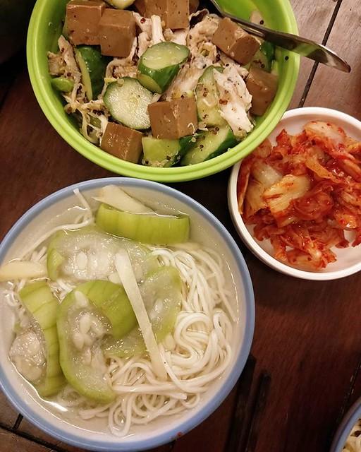 20180618 收假前 來點清淡的 ✓絲瓜清湯麵 ✓涼拌雞絲黃瓜毛豆藜麥 ✓韓國泡菜 #葛蘿的餐桌