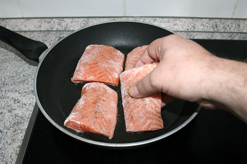 25 - Lachs in Pfanne geben / Put salmon in pan