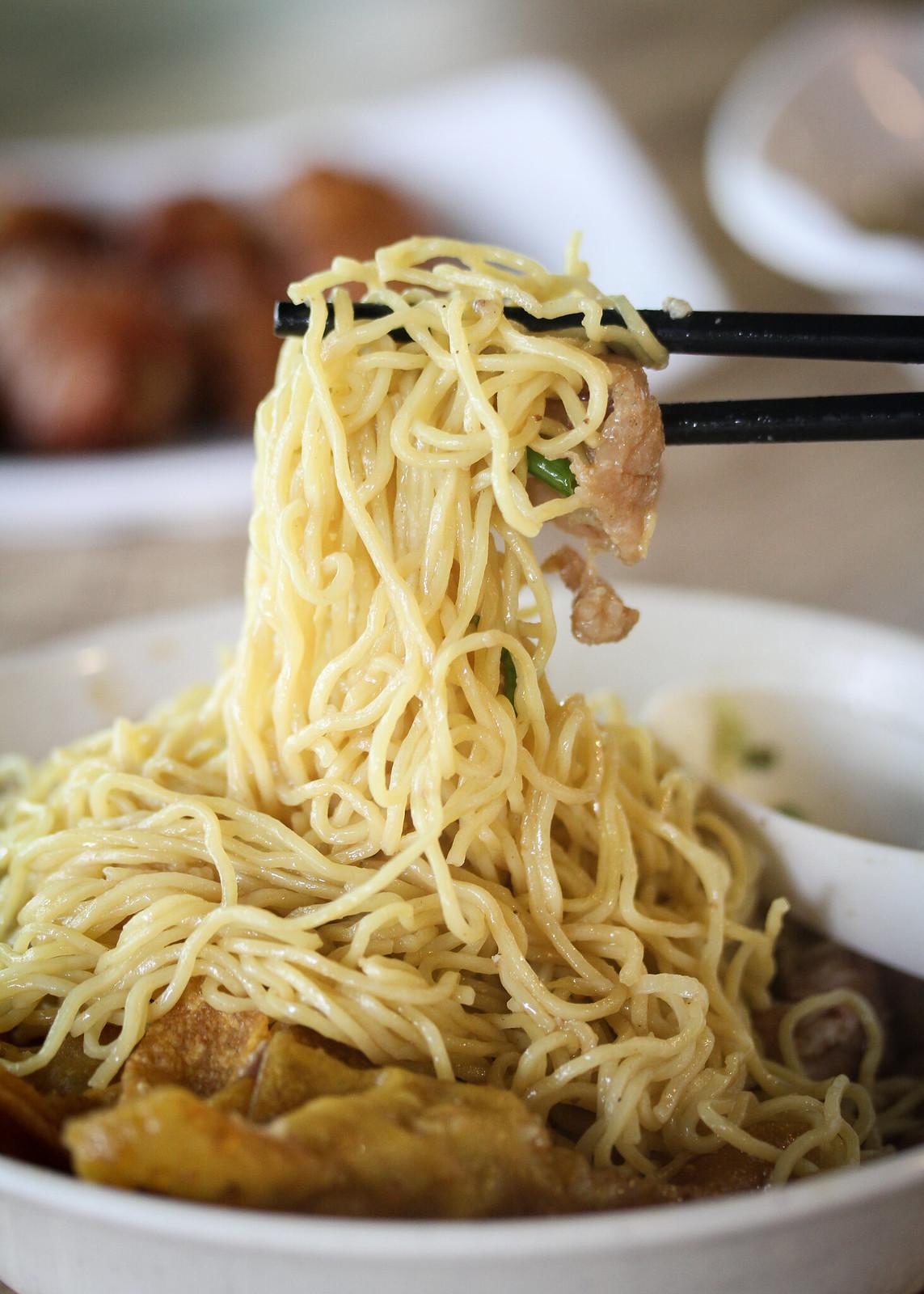 泰国融合肆意梅伊面在筷子上