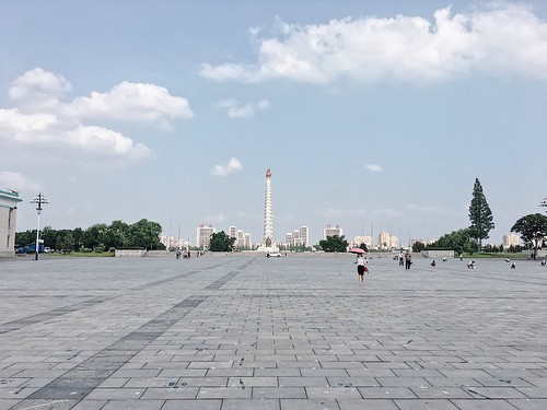 金日成廣場在主體思想塔的對面,中間隔著大同江