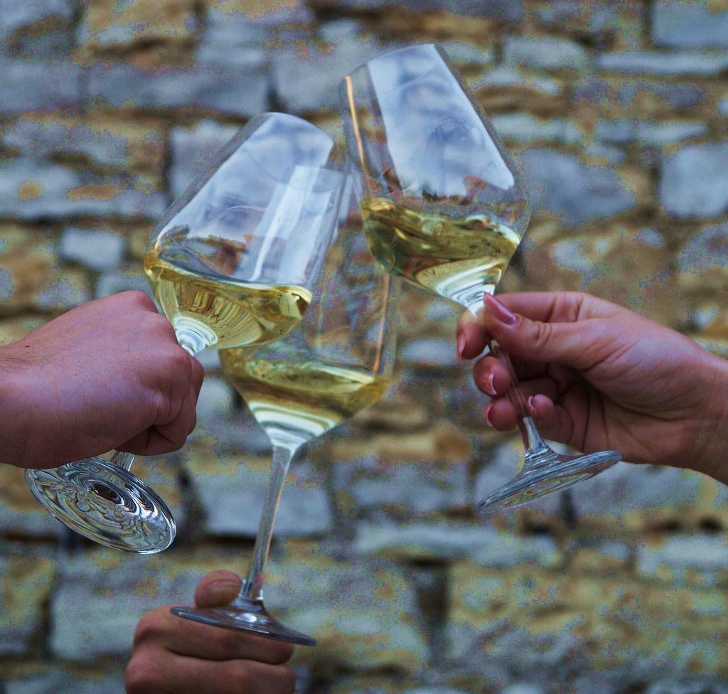 Anstoßen Weinkeller Wein Weißwein3
