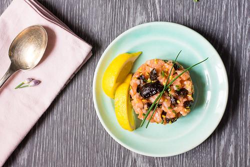 Antipasto: Tartare di salmone e prugne