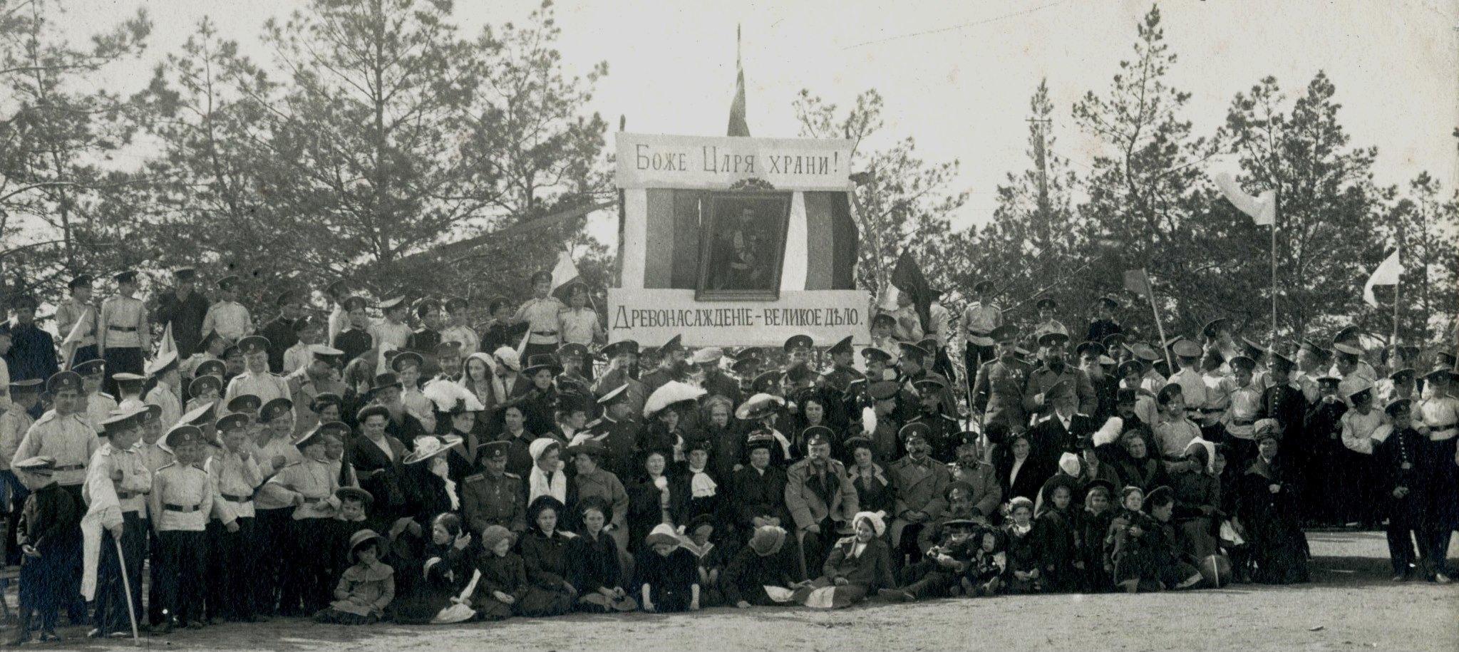 Участники праздника древонасаждения у входа в кадетский сад