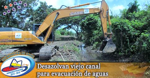 Desazolvan viejo canal para evacuación de aguas