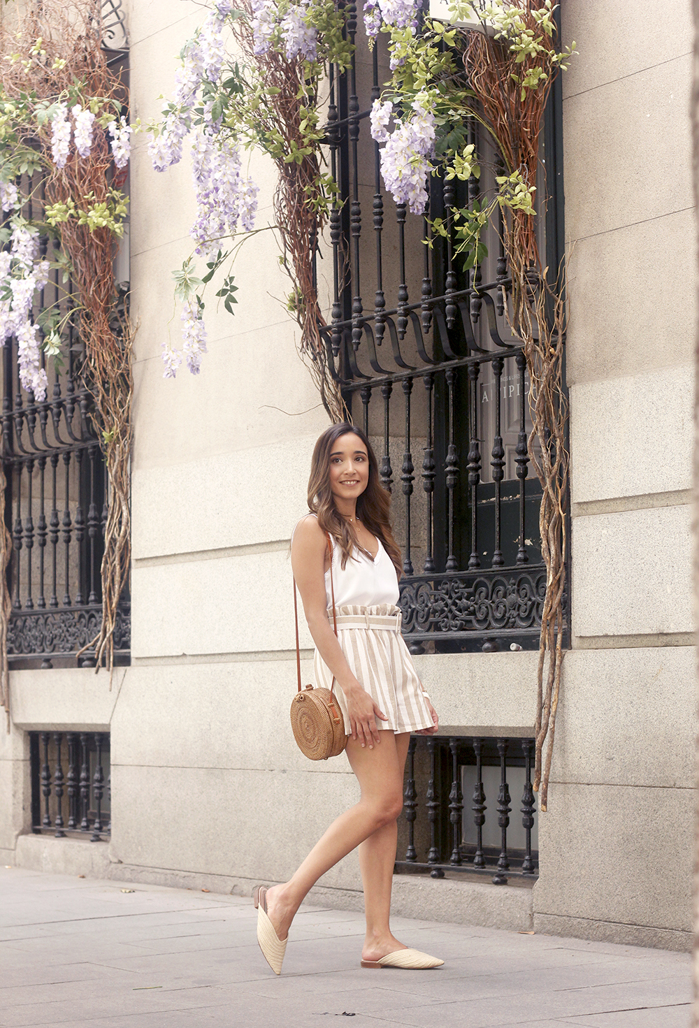 striped shorts white slippers bamboo bag casual summer outfit street style01
