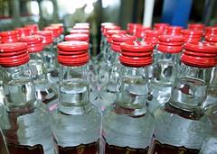В Верхнедвинском районе у молодого мужчина изъяли 200 литров спиртосодержащей жидкости и 77 бутылок водки