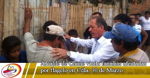 Alcalde de Chone visita familias afectadas por flagelo en Cdla. 30 de Marzo