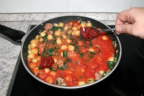 11 - Tomatenmark dazu geben / Add tomato paste