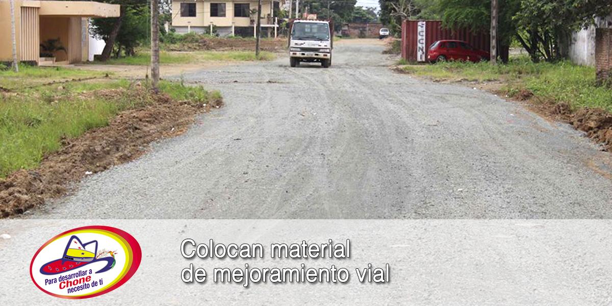 Colocan material de mejoramiento vial