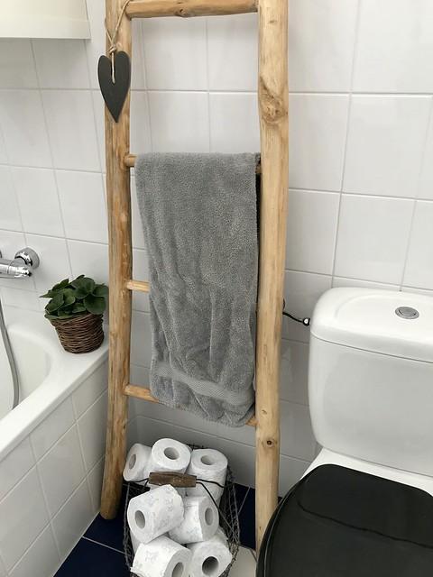 Decoratieladder badkamer draadmand met wc rollen