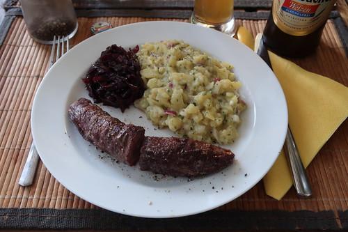 Gegrilltes Wildschweinfilet mit Rotweinzwiebeln und Kartoffelsalat