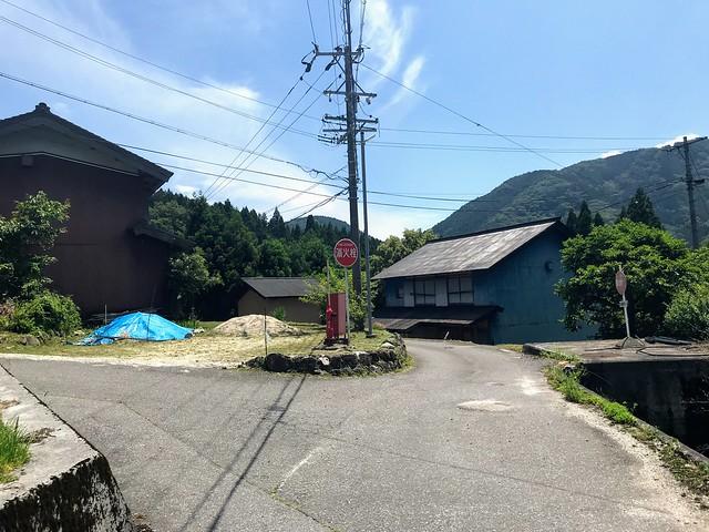 鎗ヶ先 寺本登山口への道 T字路 左折