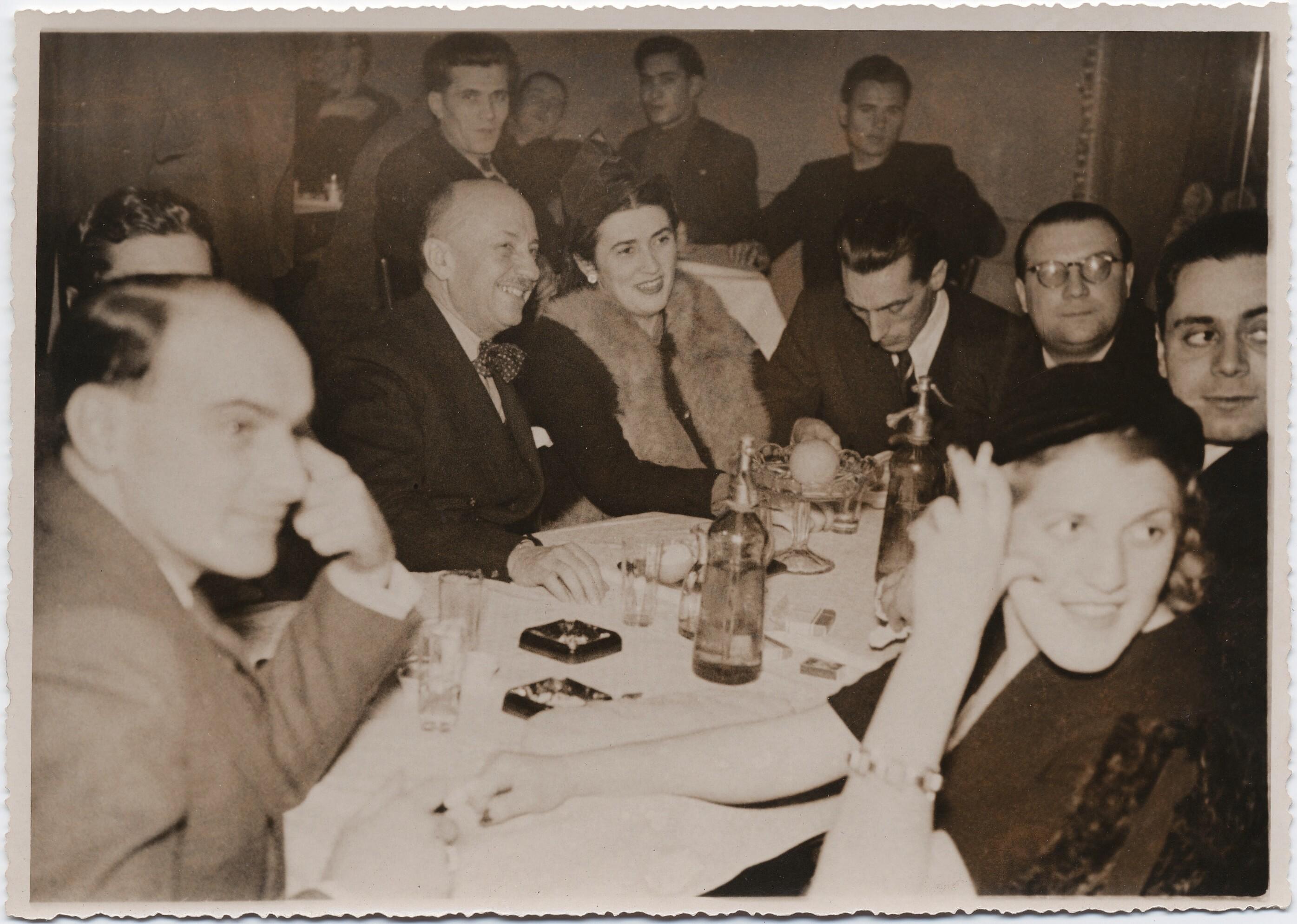 Белград. Филиппо Томмазо Маринетти и Бенедетта Каппа Маринетти с другими в Таверне Дарданелле