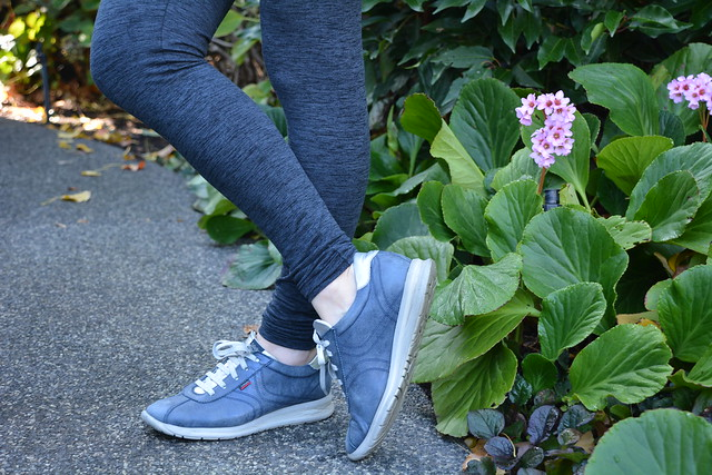 bb5588c00f481 Avery Leggings in a garden setting - Blogless Anna