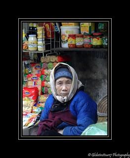 Vieille femme près de  Dong Xuan Market- Hanoï- Vietnam