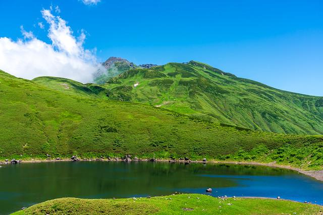 鳥海湖より新山