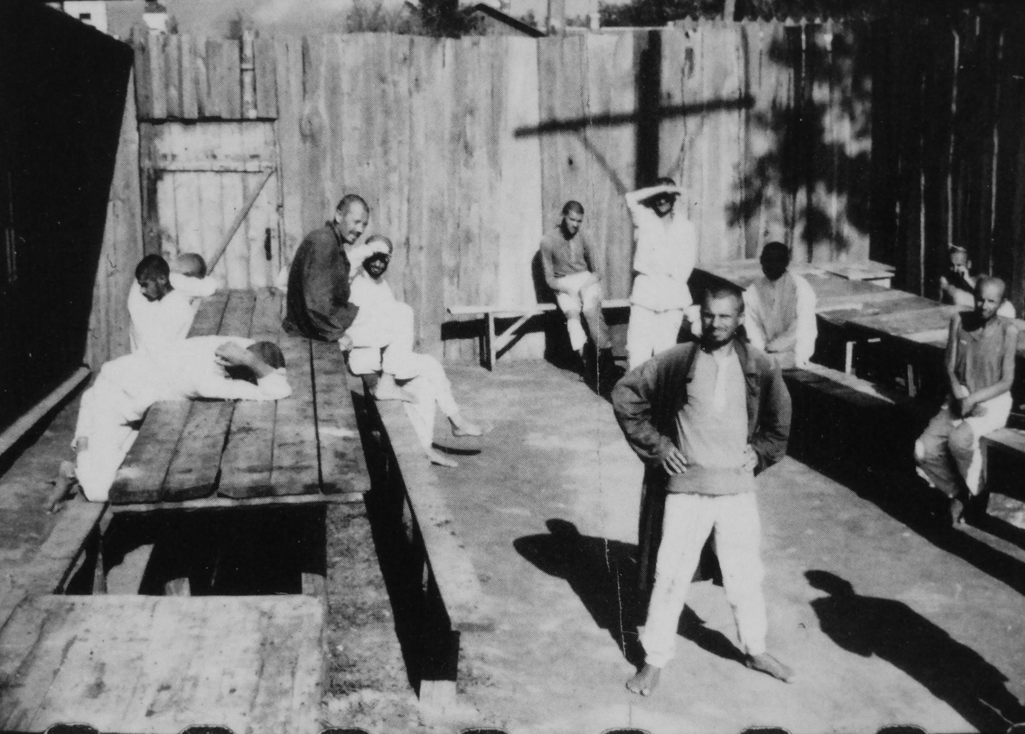 1941. Пациенты психиатрической больницы в деревне Новинки под Минском во время визита рейхсфюрера СС Г. Гиммлера