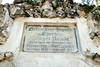 Die Gedenktafel an der Kapelle