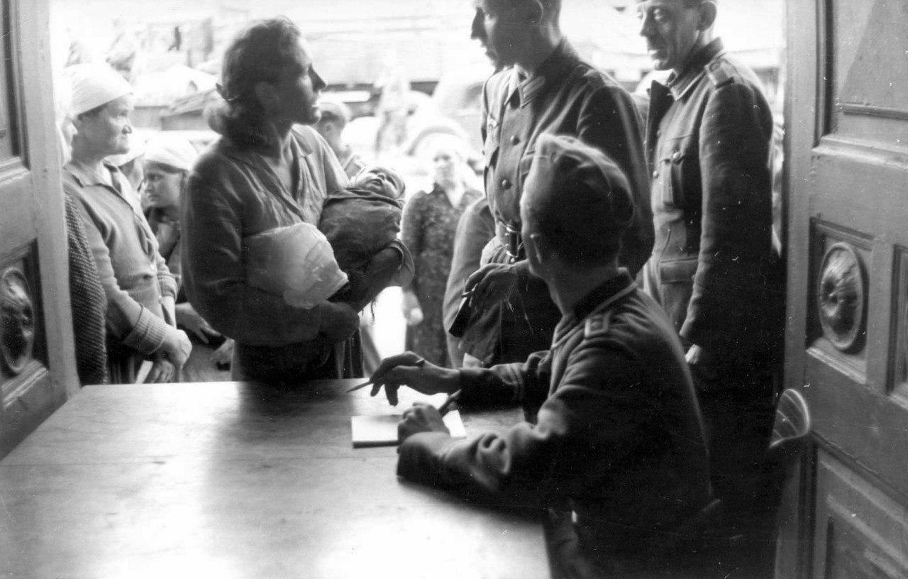 1941. Местные жители на регистрации в оккупированном Могилеве.