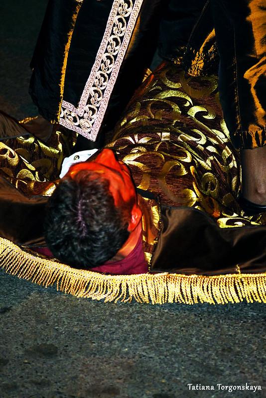 Мужчина в костюме ковра из тиватской группы