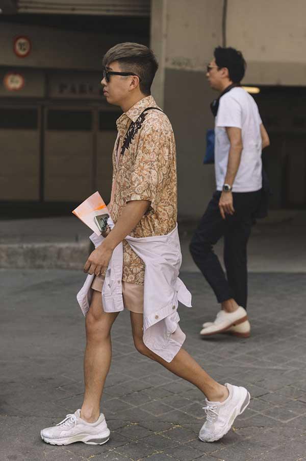 ブラウン系半袖花柄シャツ×ベージュショートパンツ×白スニーカー