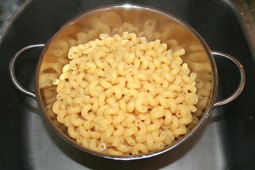 23 - Nudeln abtropfen lassen / Drain noodles