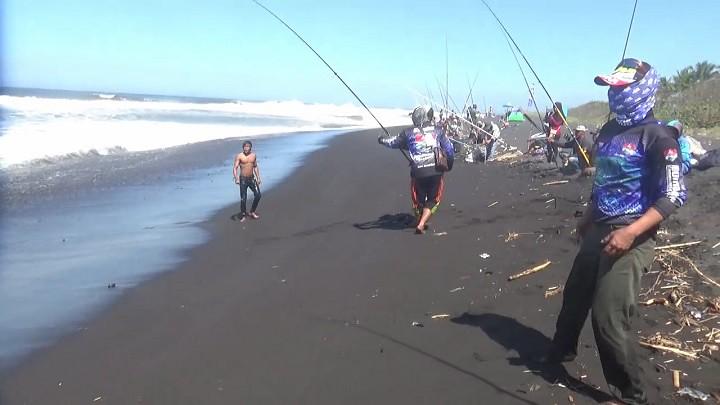 Sensasi Memancing Di Laut Lepas Pantai Watu Pecak Lumajang