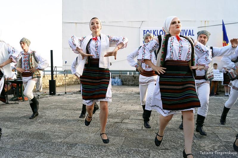 """Участники фольклорной группы """"Izvoras"""" во время танца"""