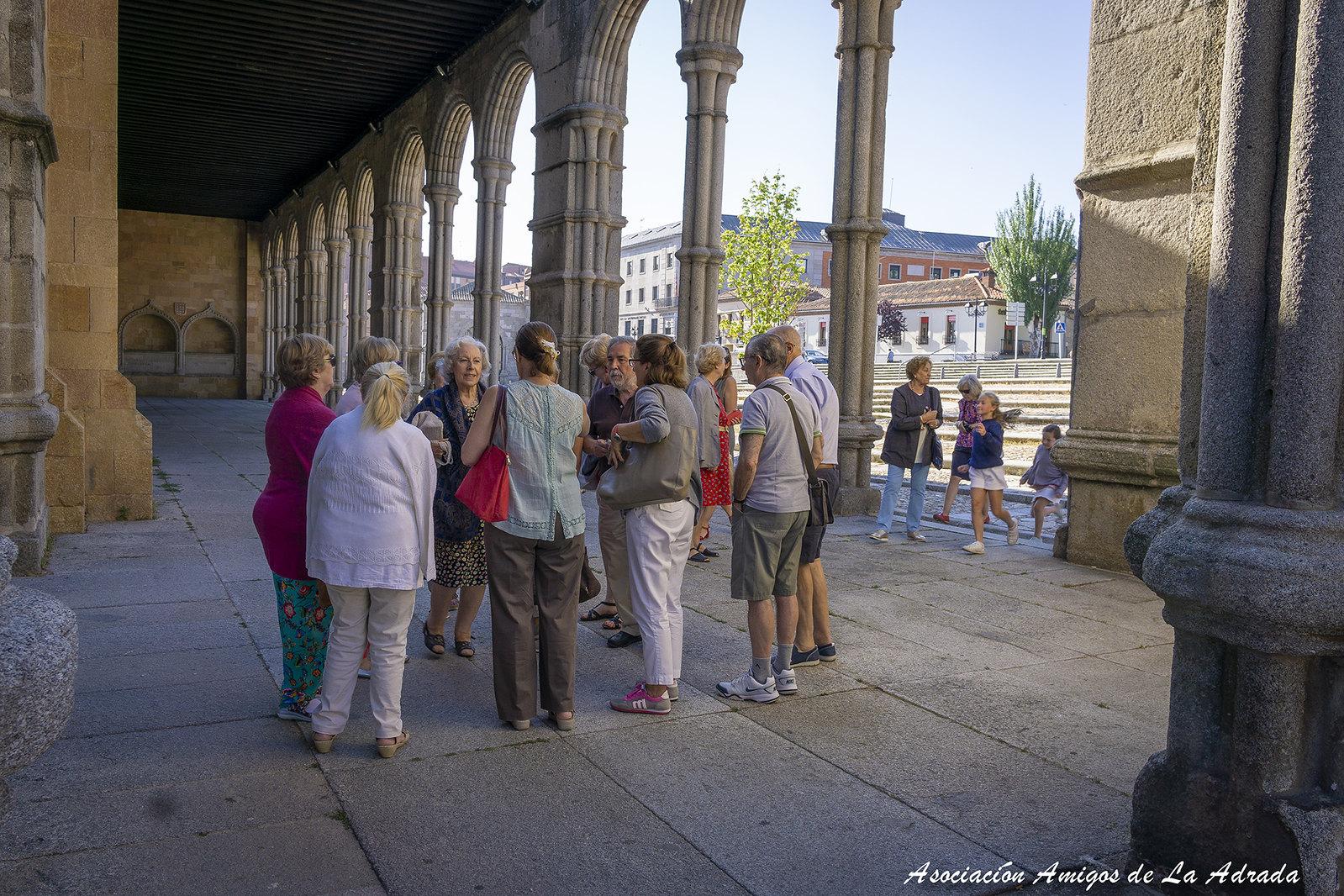 Pepi, comentando la arquitectura exterior de la Iglesia de San Vicente