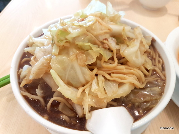 Thin noodles with cabbage and pork